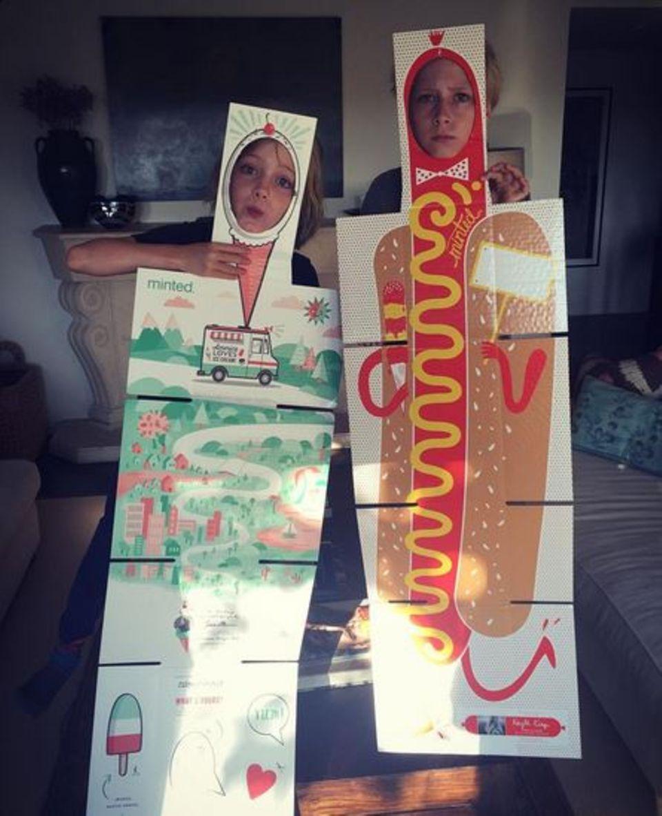 """Samuel Kai und Alexander Pete, Söhne von Naomi Watts und Liev Schreiber, zeigen uns hier ihre etwas ungewöhnlichen Verkleidungen. """"Hot dogs and ice cream..."""", schreibt Papa Liev."""