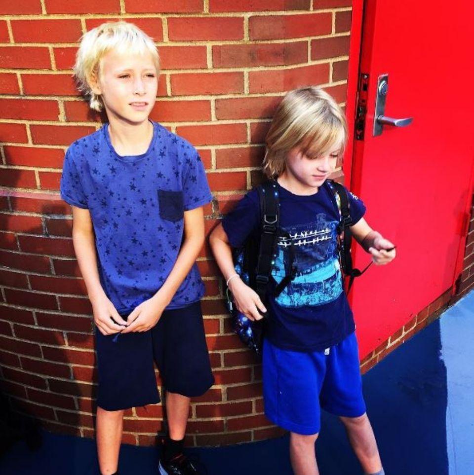 September 2016   Auch für die beiden Söhne von Naomi Watts und Liev Schreiber, Sasha und Kai, beginnt wieder die Schule. Beide überzeugen durch ihre lässige Art.