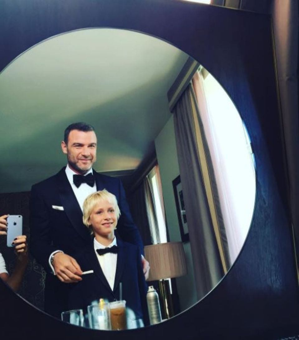 """September 2016   Tolles Vater-Sohn Erinnerungsfoto: Liev Schreiber besucht die """"Emmy's"""" mit seinem Sohn Sasha. Beide sehen großartig aus im schwarzen Smoking."""