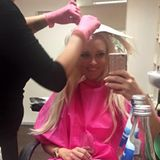Blond, blonder, die Katze: Dani lässt sich beim Friseur ihres Vertrauens alle paar Wochen den Ansatz superblond nachfärben.