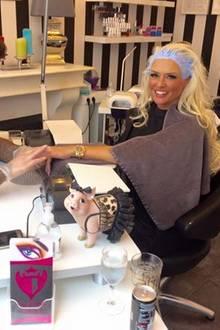 """Als Mutter muss Daniela Katzenberger ihre Zeit gut einteilen: Im Kosmetik-Studio schlägt sie daher zwei Fliegen mit einer Klappe: Während die Farbe am Ansatz einwirkt, lässt sich der TV-Star die Nägel machen. """"Soll doch mal einer sagen das Frauen nicht multitaskingfähig sind """", kommentiert sie das Foto aus dem Kosmetik-Studio."""