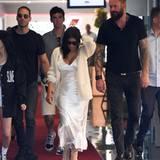 Der große Mann mit den rötlichen Haaren und tätowierten Armen beschützt einige des Kardashian-Clans. Hier hat er gleich Verstärkung, um Kim Kardashian sicher zu geleiten.