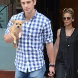 Ein Traum! Jennifer Lawrence achtet auch auf andere nützliche Merkmale. Neben Personenschutz hat dieser heiße Bodyguard auch andere Vorzüge, er trägt sowohl die Tasche, als auch das Hündchen. Er hört übrigens auf den Namen Greg Lenz.