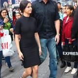 Schützend manövriert Selena Gomez Leibwächter sie durch eine Menschenmasse.