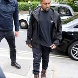 Platz da, Kanye West kommt! Dieses Gesicht kommt uns doch bekannt vor. Es ist der selbe Bodyguard, der auch Kim Kardashian und Kendall Jenner schützt.