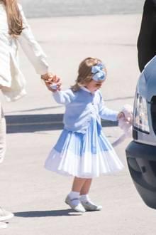 """Prinzessin Madeleine: Amf Flughafen sieht man, dass Leonore in der Hand ihr legendäres Stofftier, das """"Kaninen"""" hat. Darüber hatte Prinzessin Madeleine in einem Interviewim letzten Dezember erzählt: Ohne """"Kaninen"""" geht nix!"""