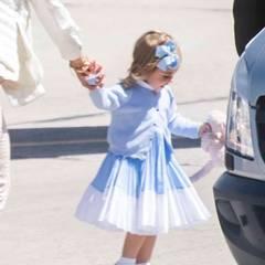 """Prinzessin Leonore von Schweden: Amf Flughafen sieht man, dass Leonore in der Hand ihr legendäres Stofftier, das """"Kaninen"""" hat. Darüber hatte Prinzessin Madeleine in einem Interviewim letzten Dezember erzählt: Ohne """"Kaninen"""" geht nix!"""