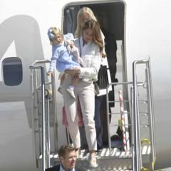 Da kommt sie! Prinzessin Leonore, auf dem Arm von Mutter Madeleine, ist per Flugzeug in ihr Herzogtum nach Gotland gereist. Es ist ihr erter Besuch dort - und der allererste offizielle Termin für die Enkelin von König Carl Gustaf.