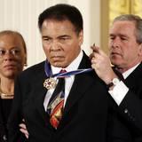 """November 2005  George W. Bush ehrt Muhammad Ali mit der """"Presidential Medal of Freedom"""". Das ist die höchste bürgerliche Auszeichnung in den USA."""