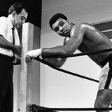 Februar 1967  Muhammad Ali bereitet sich mit seinem Trainer Angelo Dundee auf den Kampf gegen Ernie Terrell in Houston, Texas, vor.
