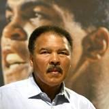 """Oktober 2003  Muhammad Ali stellt sein Buch """"The Greatest Of All Time"""" auf der Frankfurter Buchmesse vor."""