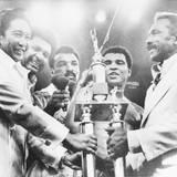 """Oktober 1975  Der """"Thrilla in Manila"""" ist der letzte von drei Kampfen zwischen Muhammad Ali und Joe Frazier. Ali entscheidet den Kampf auf den Philippinen knapp für sich."""