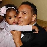 Juni 2016  Kurz vor seinem Tod am 3. Juni kommt Muhammad Ali ins Krankenhaus. Seine Tochter Laia bedankt sich auf ihrem Facebookprofil mit diesem Bild ihres Vaters mit seiner Enkelin Sydney bei der Unterstützung der Fans.