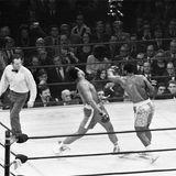 """März 1971  Joe Frazier und Muhammad Ali kämpfen zum ersten Mal im New Yorker Madison Square Garden gegeneinander. Den """"Fight of the Century"""" kann Joe Frazier nach Punkten für sich entscheiden."""