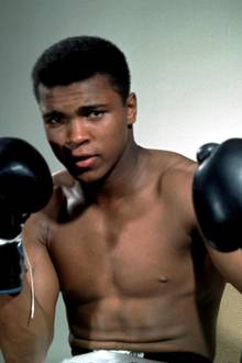 Aus einem jungen, aufstrebenden Boxer wird eine Legende. Muhammad Ali stirbt im Alter von 74 Jahren in Phoenix, Arizona.
