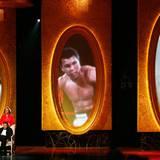 """Februar 2009  Muhammad Ali wird mit dem """"President's Award"""" geehrt. Seine Frau Yolanda Williams schiebt ihn im Rollstuhl auf die Bühne in Los Angeles."""