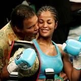 Juni 2005  Muhammad Ali gratuliert seiner Tochter Laila Ali nach einem gewonnenen Kampf.