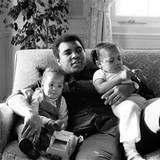 Dezember 1979  Stolzer Papa: Muhammad Ali kuschelt mit seinen Töchtern Hana und Laila in einem Hotel in London.