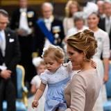 Prinzessin Leonore trägt wie ihr Bruder Nicolas blau und weiß.