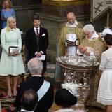 Die Paten (links vom Altar) und die Familie (rechts davon) schauen genau zu, als Oscar getauft wird.