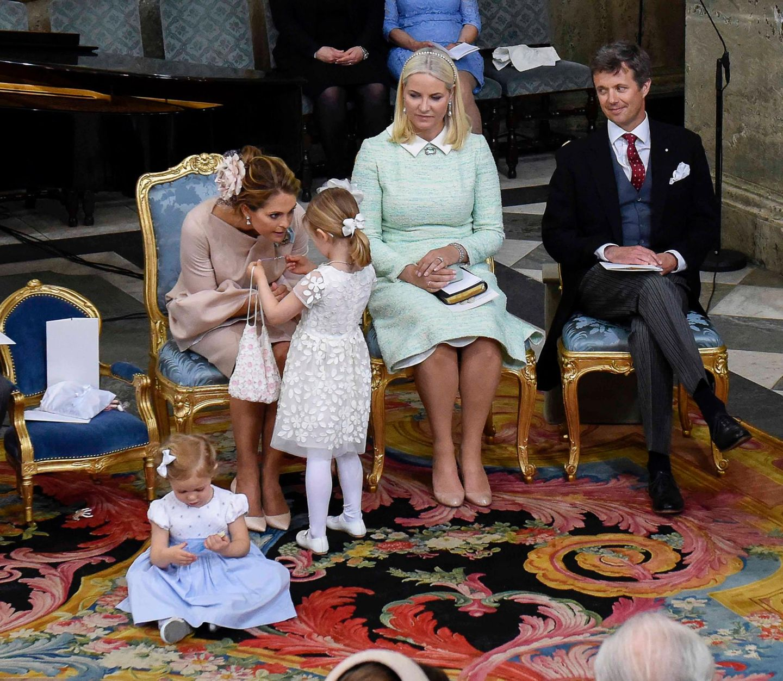 Estellle ist mal rübergegangen zu Tante Madeleine, zu deren Füßen ihre Cousine Leonore sich die Zeit vertreibt.