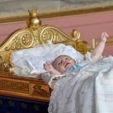 Prinz Oscar schauckelt in der goldenen Wiege.