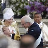 König Carl Gustaf hat seinem Enkel den Seraphinen-Orden verliehen, was der Mini-Prinz mit einem kleinen Quieken quittiert.