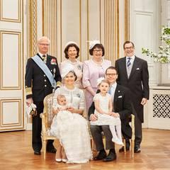 Ein weiteres Bild zeigt Oscar gemeinsam mit seinen Großeltern: Links das KÖnigspaar, rechts Olle und Ewa Westling.