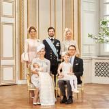 Für dieses Bild haben sich die Geschwister der Eltern eingefunden: Prinzessin Madeleine und Prinz Carl Philip stehen hinter dem Täufling und seinen Eltern sowie Prinz Daniel Schwester Anna Westling Söderström.