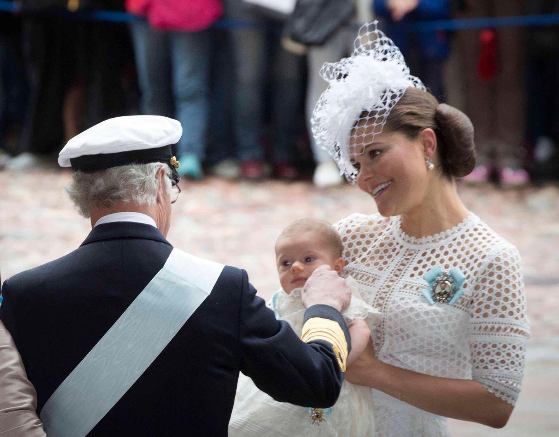 KÖnig Carl Gustaf schaut nach seinem Enkel.