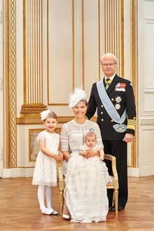 Auch das gehört zu der Serie von offiziellen Bildern: König Carl Gustaf posiert mit Kronprinzessin Victoria und ihren beiden Kindern Estelle und Oscar. Solche Drei-Generationen-Bilder kennt man auch aus England und von der Queen.