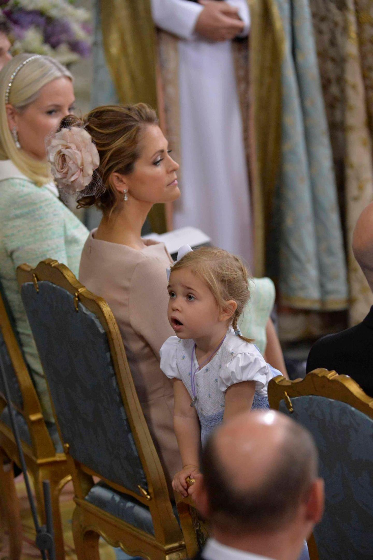 Prinzessin Leonore schaut sich um, wer hinter ihr sitzt.