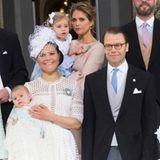 Prinzessin Victoria, Prinz Daniel, Prinz Oscar und Prinzessin Estelle umgeben von den Paten: Prinzessin Mette-Marit, Prinz Frederik, Prinzessin Madeleine (mit Töchterchen Leonore auf dem Arm) sowie Oscar Magnuson und Hans Åström.