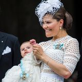 Prinz Oscar übt schon mal, mit Mamas Hilfe, das royale Winken.
