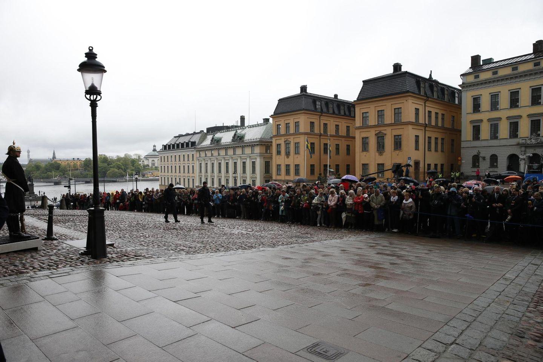 Vor der Schlosskirche ist das Wetter nicht gerade königlich, dennoch harren dort viele Royal-Fans aus.