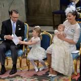 Prinzessin Estelle sitzt zwischen ihren Eltern auf einem kleinen Stuhl und folgt dem Gottesdienst ganz ernst und aufmerksam.