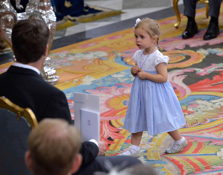 Prinzessin Leonore, von ihrer Mutter als kleiner Wildfang charakterisiert, erkundet den Altarraum.