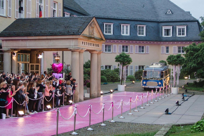 200 Fans konnten Karten für das ausverkaufte TV-Event auf dem Petersberg in Bonn ergattern und warten jetzt gespannt auf die Ankunft Hochzeitsgäste.