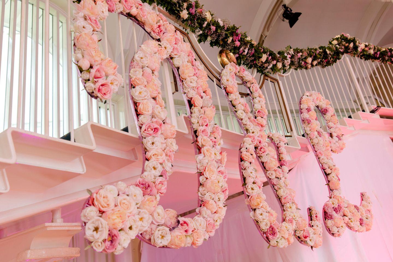 Die Initialen des Paares sind aus Rosen dekoriert.