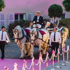 Auf diesen Moment haben alle gewartet: Endlich fährt die Braut mit der Kutsche vor.