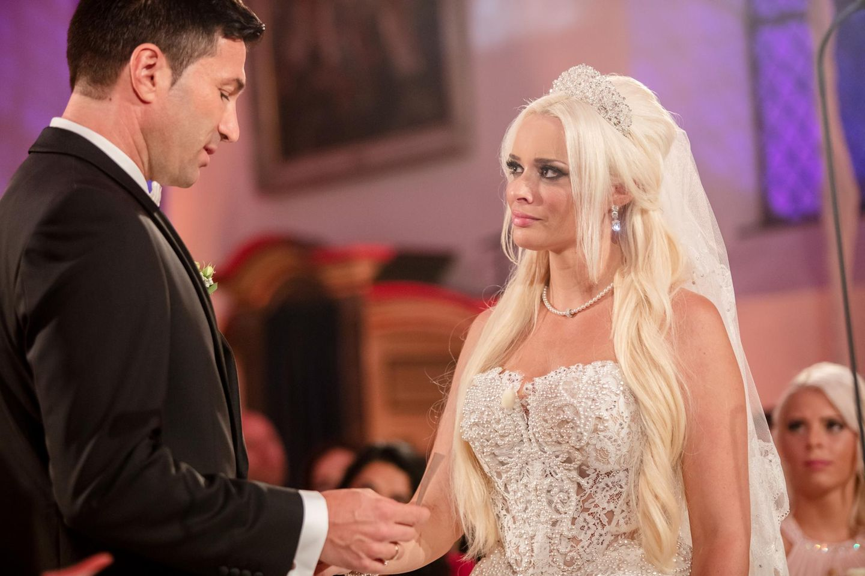 Mit einem tiefen Blick und dem Ringtausch wird die Ehe zwischen Lucas Cordalis und Daniela Katzenberger besiegelt.