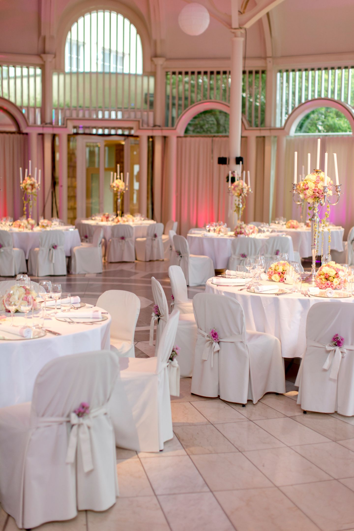 Jetzt geht es zur Party-Location: Insgesamt wurden für die Hochzeit 13.000 frische Blumen und 600 Kerzen verwendet.