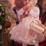 Sie ist der heimliche Star des Abends. Sophia ist nicht weniger pompös gekleidet als ihre Mama und hat die ehrenvolle Aufgabe die Ringe zu übergeben.