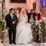 Peter Klein führt seine nervöse Stieftochter Daniela Katzenberger zum Altar.