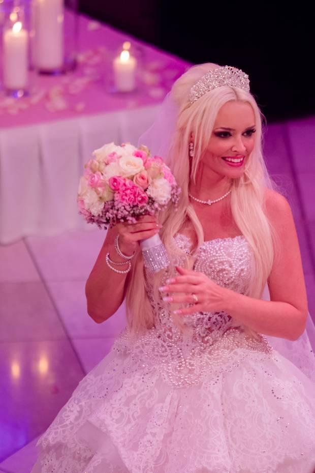 Daniela hat den Brautstrauß nach der Zeremonie in der Kirche vergessen. Schnell werden die Blumen wiedergeholt und dann von Laura, der beste Freundin von Danis Schwester, gefangen.