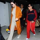Kendall Jenner und ihre Mutter Kris Jenner sind in Cannes gelandet. Beide wirken etwas müde von der Anreise.