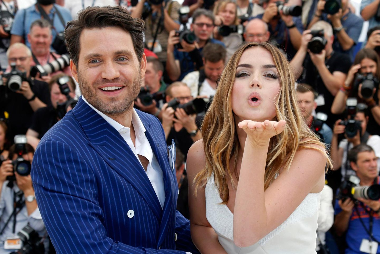 """Ana De Armas begrüßt Fotografen und Fans mit Küsschen, während Kollege Edgar Ramirez in die Kameras strahlt. Beide sind zur """"Hands of stone"""" Premiere erschienen."""