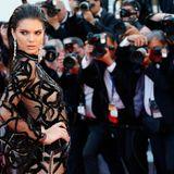 Kendall Jenner spielt mit den Fotografen.