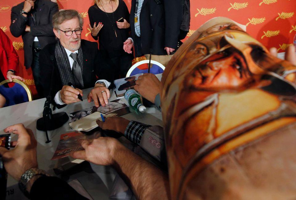 Steven Spielberg gibt fleißig Autogramme.