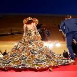 Dieses goldene Kleid ist auf dem roten Teppich ein echter Hingucker.
